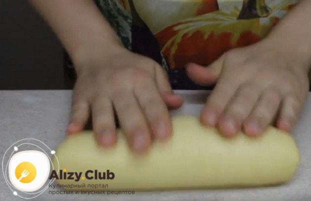 Разделив готовое тесто пополам, з каждой делаем толстую колбаску.