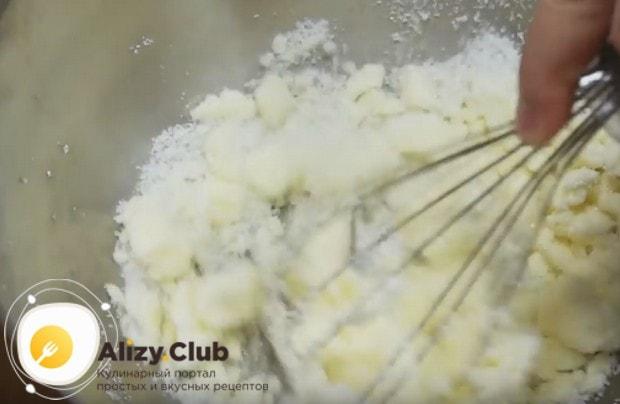 Немного растираем маргарин с сахаром.