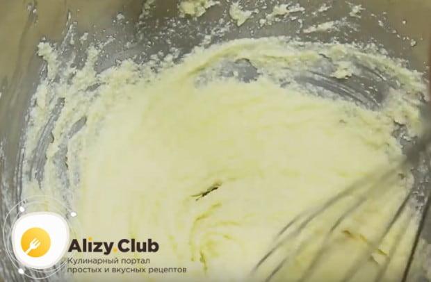Добавляем в массу яйца и перемешиваем до однородной текстуры.