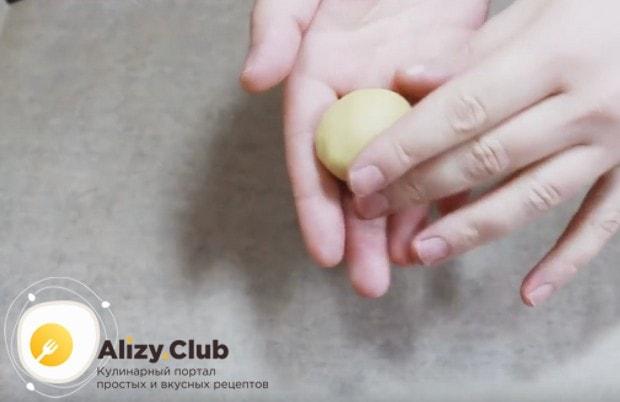 Из готового теста делаем шарики и выкладываем их на противень, который желательно застелить пекарской бумагой.