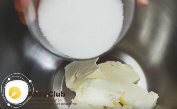 К размягченному при комнатной температуре маргарину добавляем сахар.