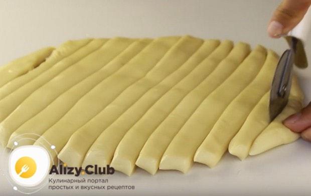 теперь достаем тесто, разравниваем в небольшую лепешку, смазываем растительным маслом и нарезаем на полоски.