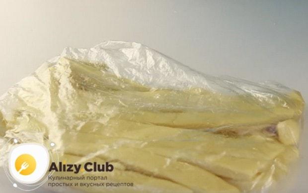 Смазанную маслом лапшу помещаем в пакет и даем немножко отдохнуть.