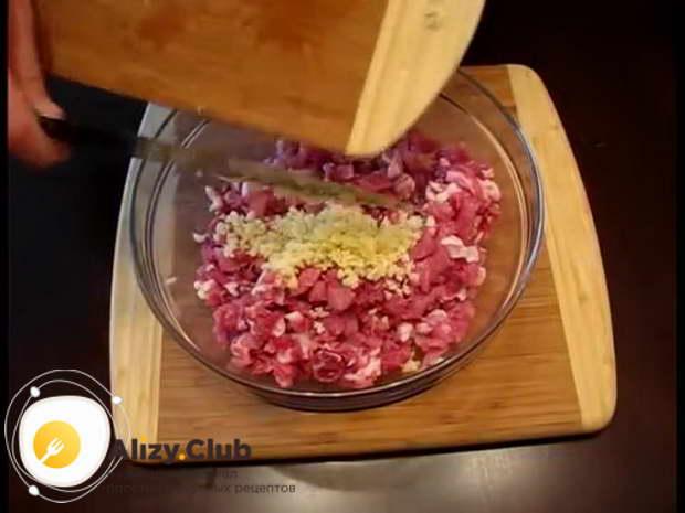 Отправляем измельченный чеснок в миску с мясом