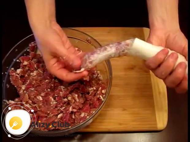 Один конец подготовленной свиной кишки завязываем в узелок