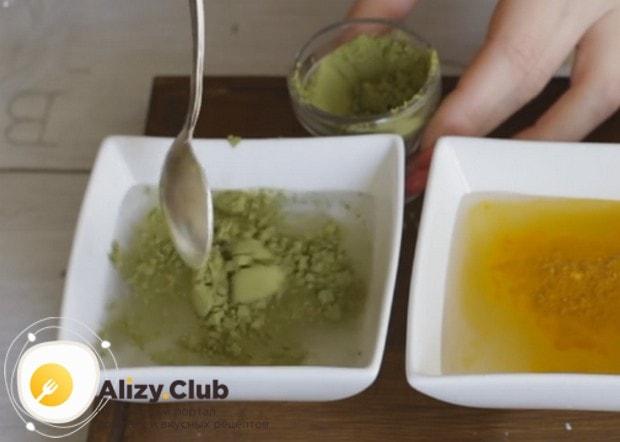 Для приготовления зеленого удона в воде надо растворить порошок зеленого чая.