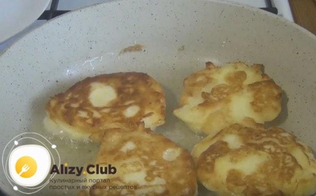 Жарим оладушки на сковороду с растительным маслом.