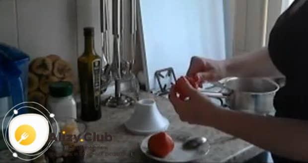 Для приготовления овощных смузи, очистите помидоры.