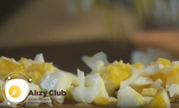 Нарезаем кусочками вареные яйца.