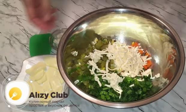 Для приготовления закуски из рубленой селедки натрите сыр