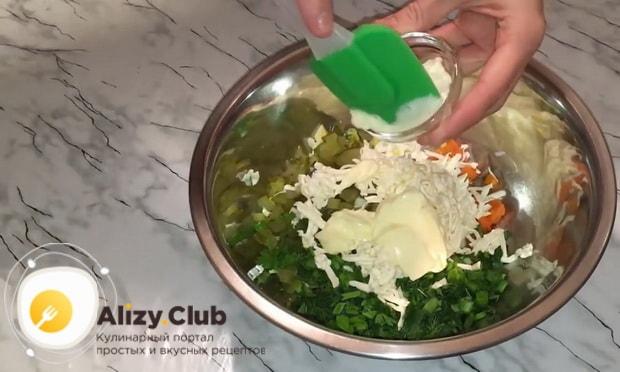 Для приготовления закуски из рубленой селедки добавьте майонез