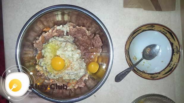 Вбить в массу три куриных яйца, добавить половину чайной ложки соли