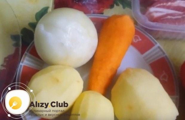 Чистим и моем лук, морковь и картошку.
