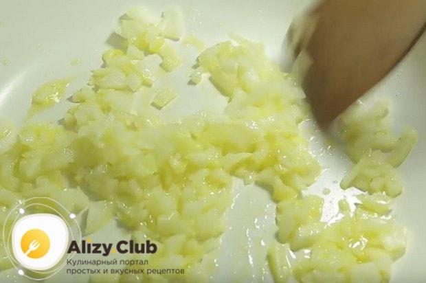 На сковороду выкладываем лук и жарим до мягкости.