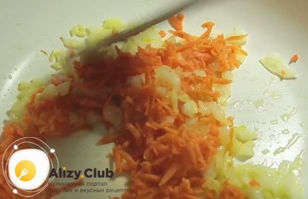 Добавляем к луку морковь, а за ней и болгарский перец.