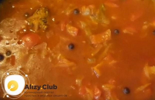 В зажарку добавляем острый перец, воду и кетчуп.
