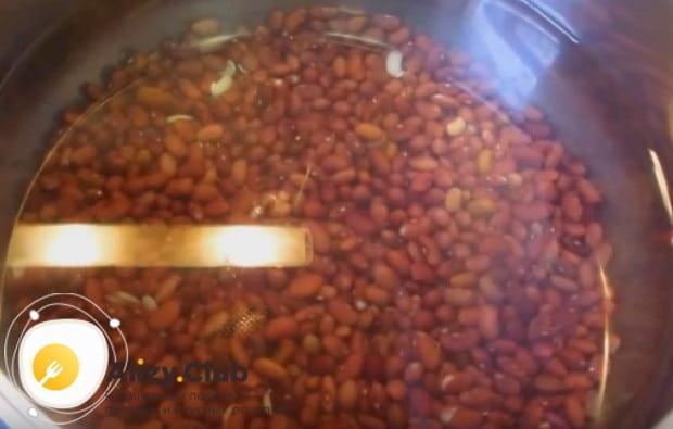 Очень вкусным получается также фасолевый суп со свиными ребрышками.
