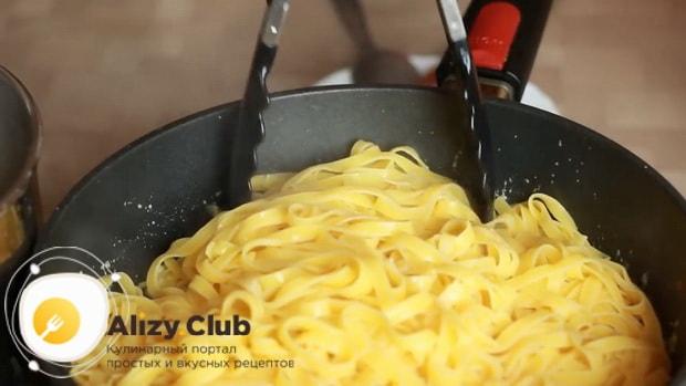Для приготовления феттуччине с курицей перемешайте ингредиенты