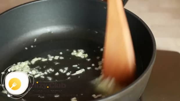 Для приготовления феттуччине с курицей обжарльтечеснок