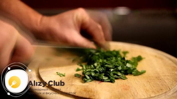 По рецепту для приготовления филе тилапии в духовке. нарежьте зелень