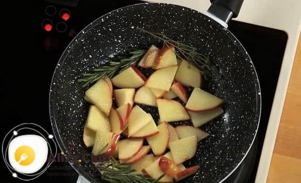 По рецепту для приготовления зубатки в духовке, нарежьте яблоки