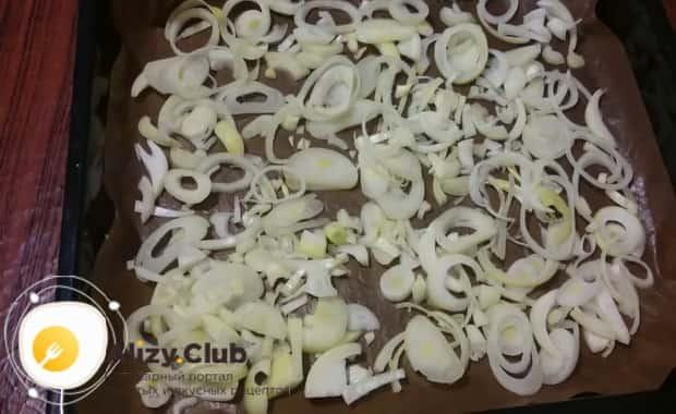 По рецепту для приготовления зубатки в духовке, нарежьте лук