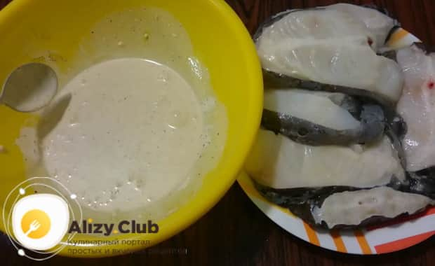По рецепту для приготовления зубатки в духовке, смажьте замаринуйте рыбу