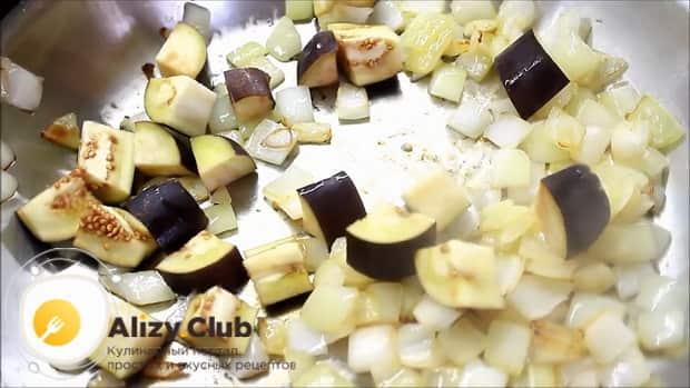 Перед тем как запечь форель в духовке целиком, обжарьте баклажан