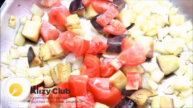 Перед тем как запечь форель в духовке целиком,  обжарьте помидоры