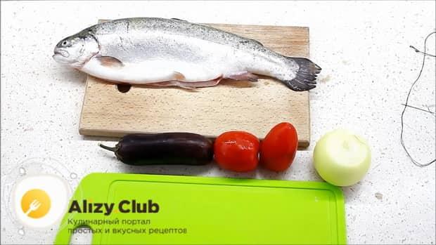 Перед тем как запечь форель в духовке целиком, очистите рыбу