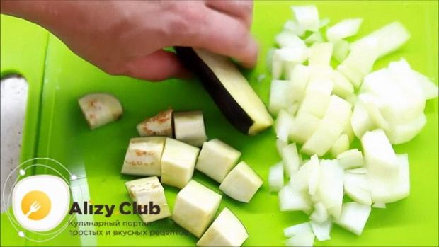 Перед тем как запечь форель в духовке целиком, нарежьте лук