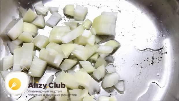 Перед тем как запечь форель в духовке целиком, обжарьте лук