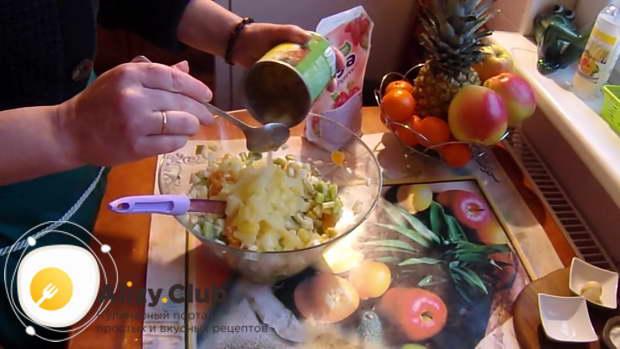 выложите 150 грамм консервированных ананасов