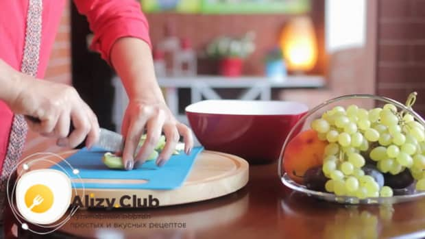 Для приготовления фруктового салата, нарежьте киви