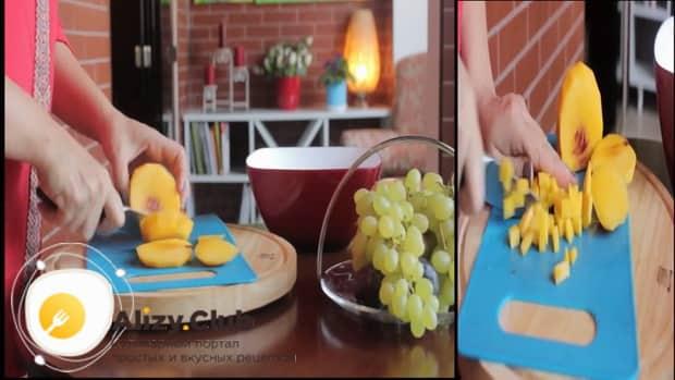 Для приготовления фруктового салата, нарежьте нектарин
