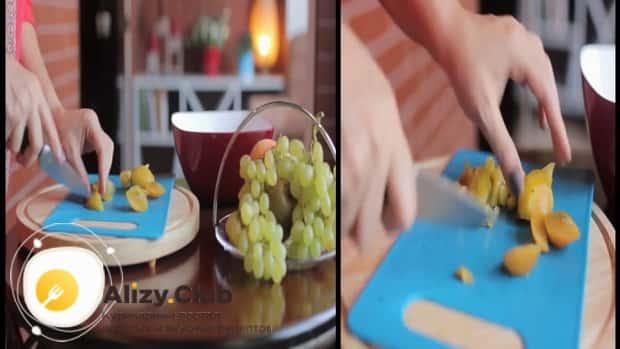 Для приготовления фруктового салата, нарежьте сливу