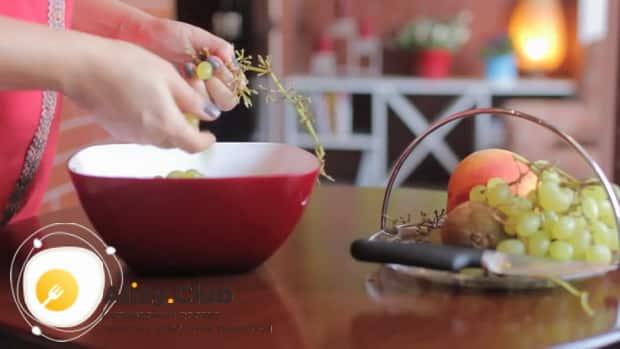 Для приготовления фруктового салата, подготовьте виноград