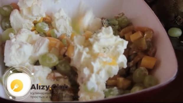 Для приготовления фруктового салата, смешайте ингредиенты