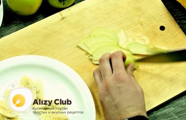 Для приготовления фруктового салата, нарежьте яблоки