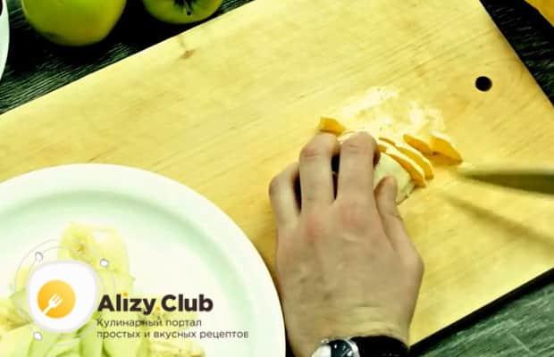 Для приготовления фруктового салата, нарежьте апельсин