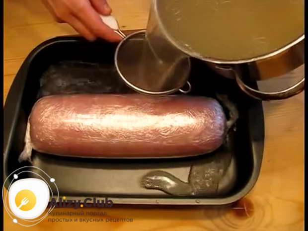 Переложите мясо на противень и залейте наполовину горячим бульоном