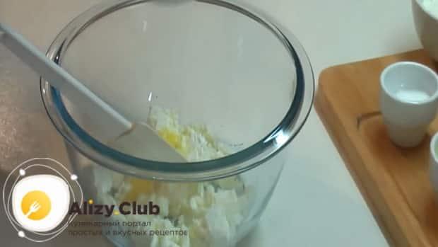 По рецепту для приготовления галушек добавьте яйца