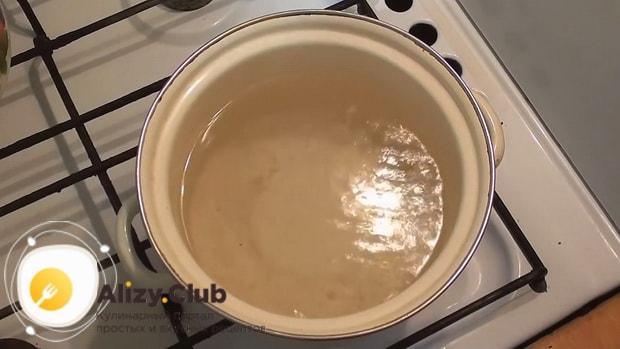 По рецепту для приготовления галушек поставьте воду на огонь
