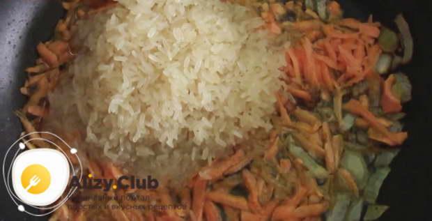 Промойте стакан риса 3-4 раза и высыпьте в сковороду