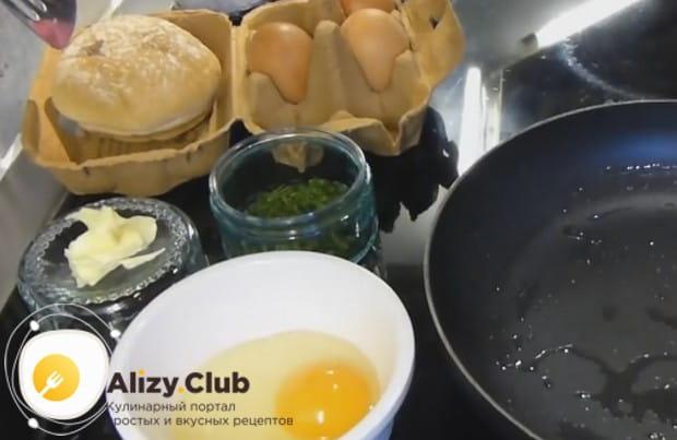 Яйцо сначала желательно выбить в мисочку.
