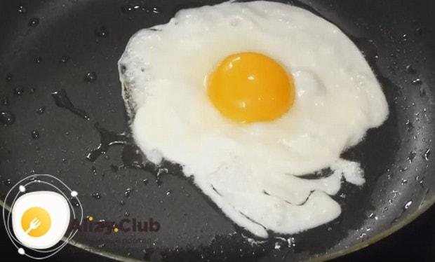 Жарим яйцо на среднем огне, пока белок полностью не побелеет.