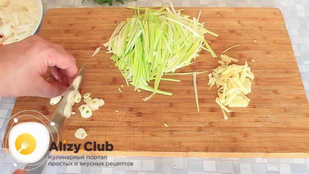 Лук-порей и 4-5 зубчиков чеснока нарезаем тонкими колечками