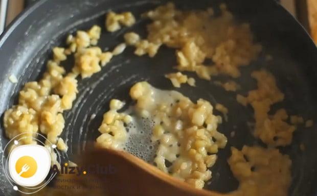 Выливаем в сковороду с луком бульон и постоянно помешиваем массу, чтобы достичь густой консистенции.