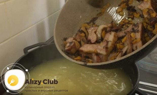 Теперь выкладываем в суп зажарку вместе с ребрышками.