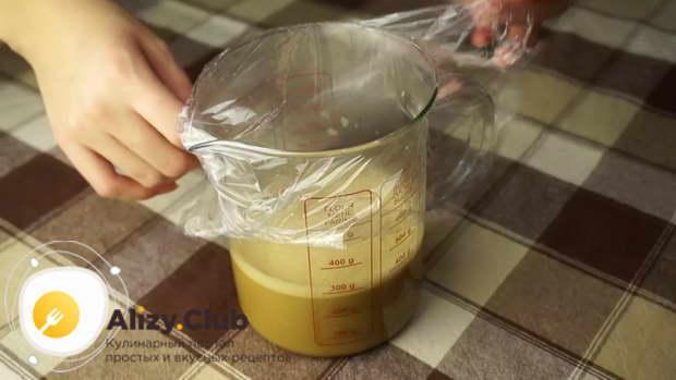 Накрываем посудину пищевой пленкой и убираем на холод до полного остывания
